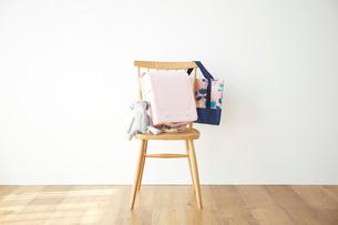 壁の前の椅子とその上のランドセルの写真素材 [FYI03151199]