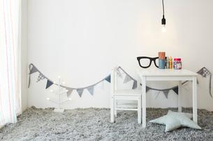 白壁とグレー絨毯の子供部屋の写真素材 [FYI03151203]