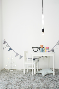 白壁とグレー絨毯の子供部屋の写真素材 [FYI03151204]