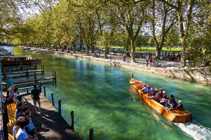 アヌシーの運河を進むボートの写真素材 [FYI03151238]