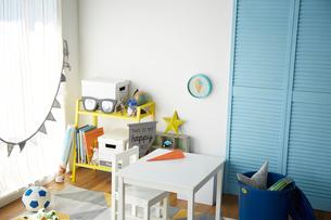 青と黄色が効いた男の子の部屋の写真素材 [FYI03151277]