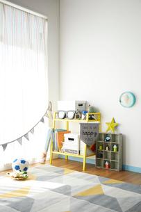 青と黄色が効いた男の子の部屋の写真素材 [FYI03151278]