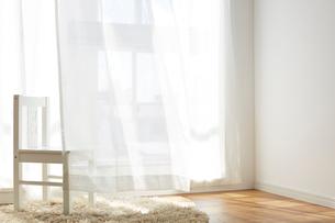 光の綺麗な窓辺に置かれた子供椅子の写真素材 [FYI03151299]