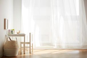 子供用の机と椅子が置かれた部屋の一角の写真素材 [FYI03151303]