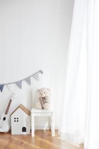 壁の前にあるガーランドと子供椅子と家の形のゴミ箱とウクレレの写真素材 [FYI03151309]