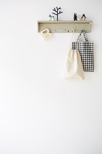 白い壁につけられたかばんが引っかかっている棚の写真素材 [FYI03151317]