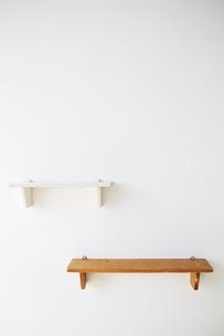 白い壁につけられた茶色の棚と白い棚の写真素材 [FYI03151318]