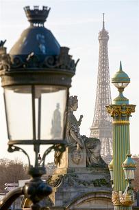 コンコルド広場の彫像とエッフェル塔の写真素材 [FYI03151394]