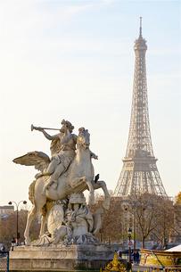 コンコルド広場の彫像とエッフェル塔の写真素材 [FYI03151400]