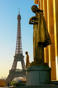 トロカデロの彫像とエッフェル塔の写真素材 [FYI03151410]
