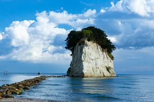 雄大な日本海に浮かぶ見附島の写真素材 [FYI03151938]