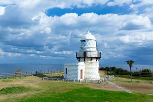 能登半島の先端にある禄剛崎に立つ灯台の写真素材 [FYI03152050]