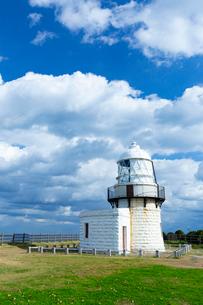 能登半島の先端にある禄剛崎に立つ灯台の写真素材 [FYI03152055]