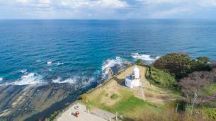 能登半島の先端にある禄剛崎に立つ灯台の空撮の写真素材 [FYI03152061]