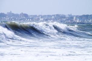 大波の先の三浦海岸の写真素材 [FYI03152076]