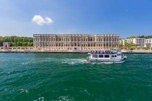 ボスポラス海峡クルーズ・チュラーン宮殿の写真素材 [FYI03152526]