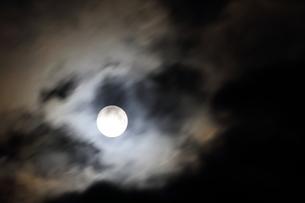 流れる雲の中の満月の写真素材 [FYI03152527]