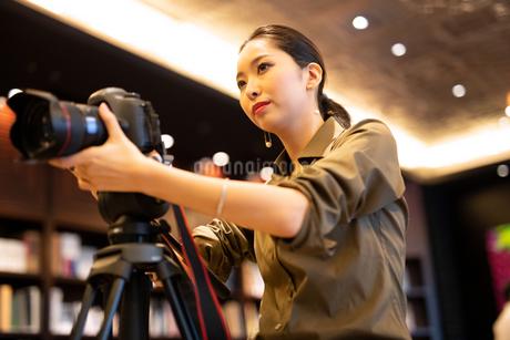 写真を撮る女性の写真素材 [FYI03152540]