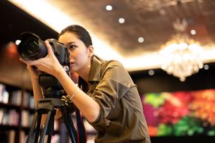 写真を撮る女性の写真素材 [FYI03152541]