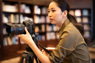 写真を撮る女性の写真素材 [FYI03152542]