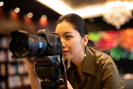 写真を撮る女性の写真素材 [FYI03152544]