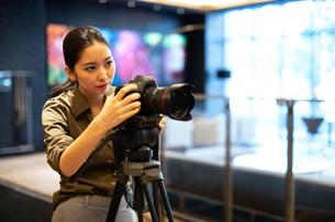 写真を撮る女性の写真素材 [FYI03152545]