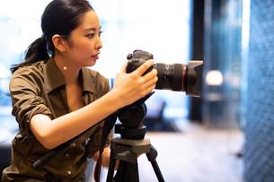 写真を撮る女性の写真素材 [FYI03152547]