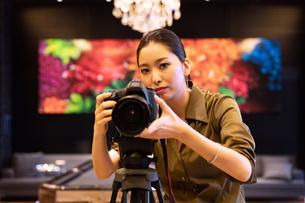 写真を撮る女性の写真素材 [FYI03152549]