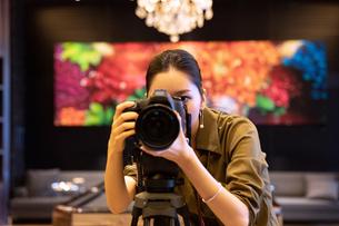 写真を撮る女性の写真素材 [FYI03152552]
