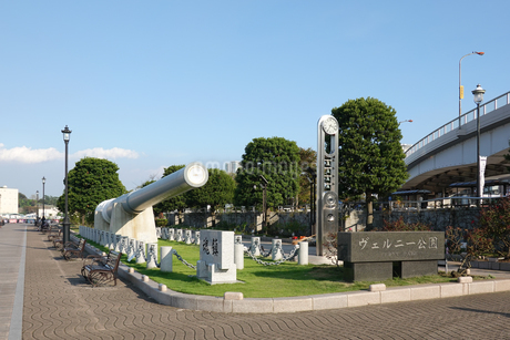 横須賀駅前の海に沿ったヴェルニー公園の写真素材 [FYI03152556]