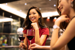 お酒を飲みながら会話する女性の写真素材 [FYI03152573]
