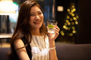 お酒が入ったグラスを持つ女性の写真素材 [FYI03152576]