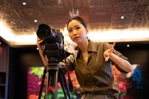 写真を撮る女性の写真素材 [FYI03152578]