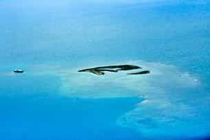 ニューカレドニア上空から見た青い海とラグーン(サンゴ礁に囲まれた海)の写真素材 [FYI03152581]