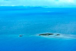 ニューカレドニア上空から見た青い海とラグーン(サンゴ礁に囲まれた海)の写真素材 [FYI03152582]