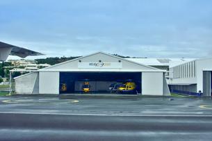ニューカレドニア・マジェンタ空港の格納庫に保管されているヘリコプターの写真素材 [FYI03152586]