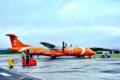 ニューカレドニア・マジェンタ空港到着した旅客機から降りる乗客達の写真素材 [FYI03152588]