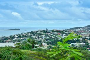 ニューカレドニア・ヌメアのパシフィック・ノートルダム教会から見たメヌア町と海と島の写真素材 [FYI03152616]