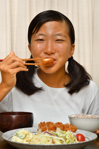 トンカツ定食を食べる女の子の写真素材 [FYI03152712]