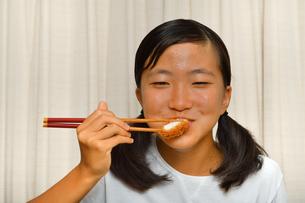 トンカツを食べる女の子の写真素材 [FYI03152713]