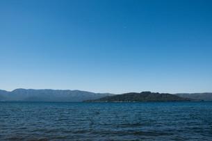 青い静かな湖 屈斜路湖の写真素材 [FYI03152769]