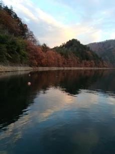 秋の湖の写真素材 [FYI03152808]