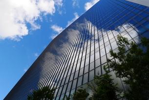 青空が映り込んだ建築物の写真素材 [FYI03152816]