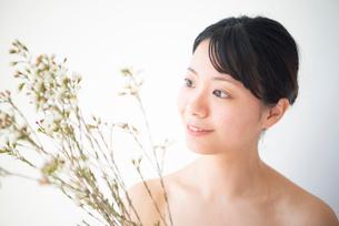 花を持っている女性のビューティーイメージの写真素材 [FYI03153063]