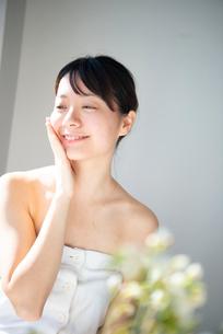 顔を触っている女性のビューティーイメージの写真素材 [FYI03153071]