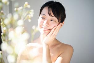 顔を触っている女性のビューティーイメージの写真素材 [FYI03153125]