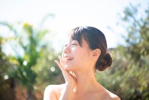 顔を触っている女性のビューティーイメージの写真素材 [FYI03153355]