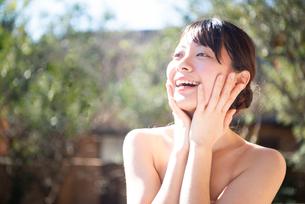 顔を触っている女性のビューティーイメージの写真素材 [FYI03153357]