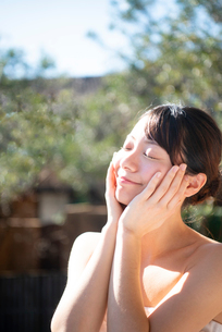 顔を触っている女性のビューティーイメージの写真素材 [FYI03153369]