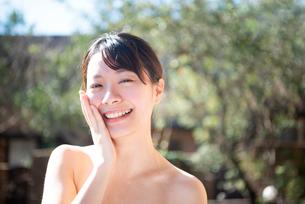 顔を触っている女性のビューティーイメージの写真素材 [FYI03153387]